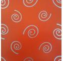 Papel de regalo rojo liso con espirales en plata