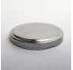 stříbrný kovový kryt