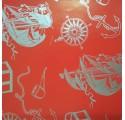 Papel de regalo rojo liso con barcos en plata